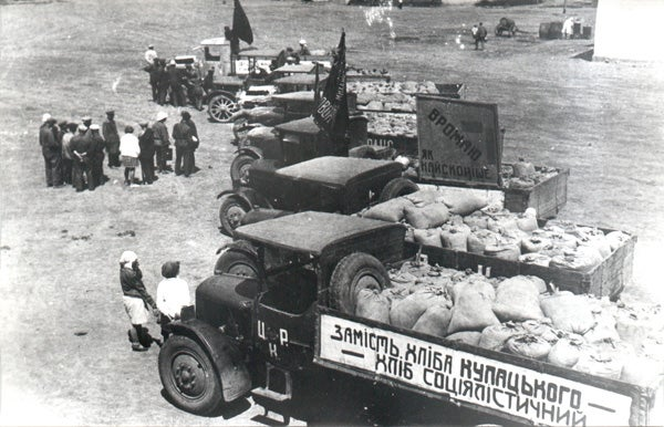 Shipment of grain from the Chervonyi Step collective farm to a procurement center, Kyivs'ka oblast', 1932. The sign reads 'Socialists' bread instead of kulak's bread.'