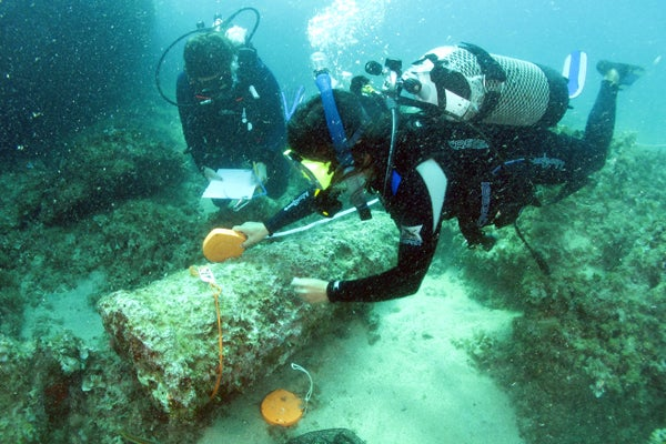 divers measuring cargo of Roman shipwreck
