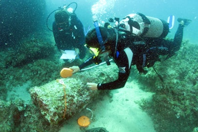 divers measuring cargo of Roman shipwreck / S. Emma