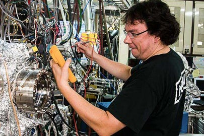 Lead author Dr. David Mueller using brilliant X-rays to characterize working fuel cells at the Advanced Light Source / Michael Machala