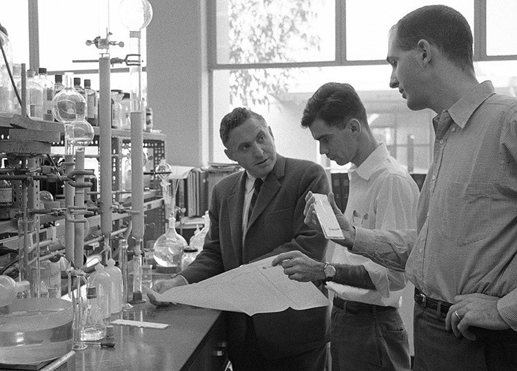 Carl Djerassi with students in chemistry lab