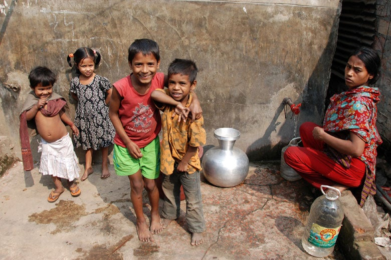 Woman and children at water standpipe in Dhaka, Bangladesh / Amy Pickering