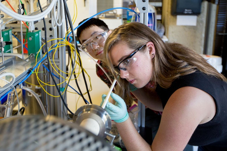 Graduate student Yiyang Li and undergraduate Sophie Meyer in the lab